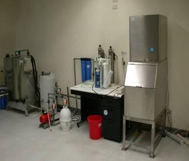 超純水設備(左)與製冰機(右)
